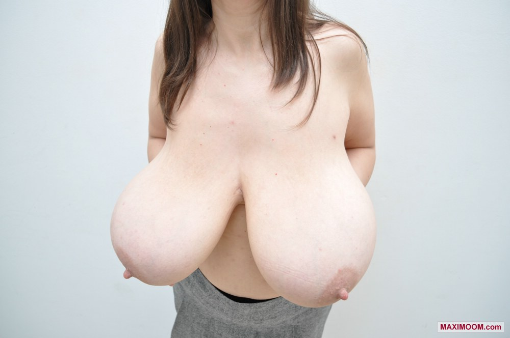 Free gallery of Maxi's huge natural boobs!
