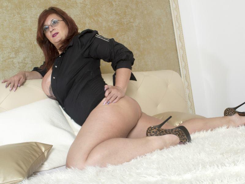 Big tit babe in bathtub with huge dildo 10