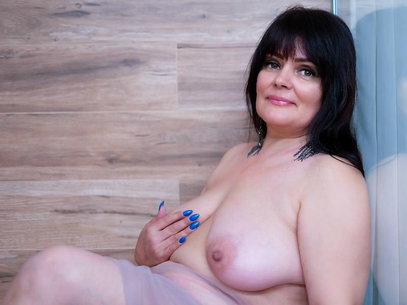Big tit babe in bathtub with huge dildo 2